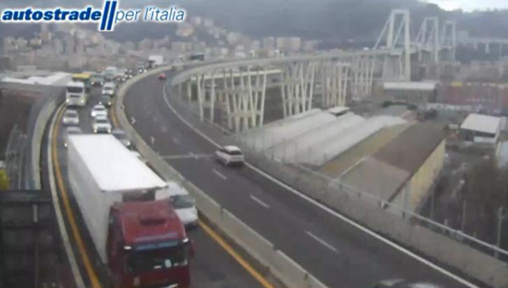 Uscita Genova Aeroporto : Mezzo meccanico di un cantiere perde olio caos in a