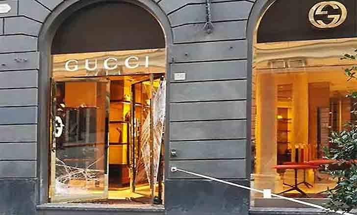 Genova, furto con spaccata da Gucci: rubate 40 borse griffate