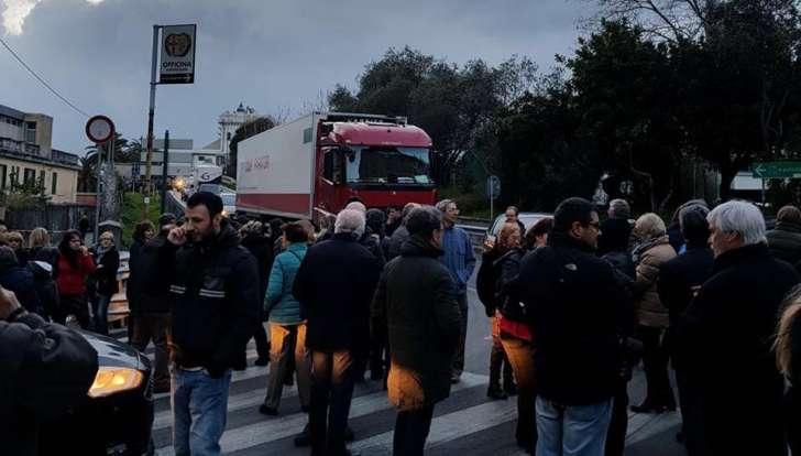 Multedo torna in strada a protestare, stavolta contro pericolo uscita casello A10