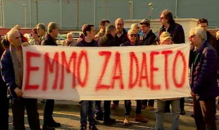 Genova, mille in piazza contro il trasferimento del petrolchimico nel quartiere