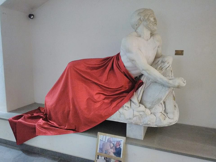 Drappo copre statua Epaminona a convegno Islam, polemiche