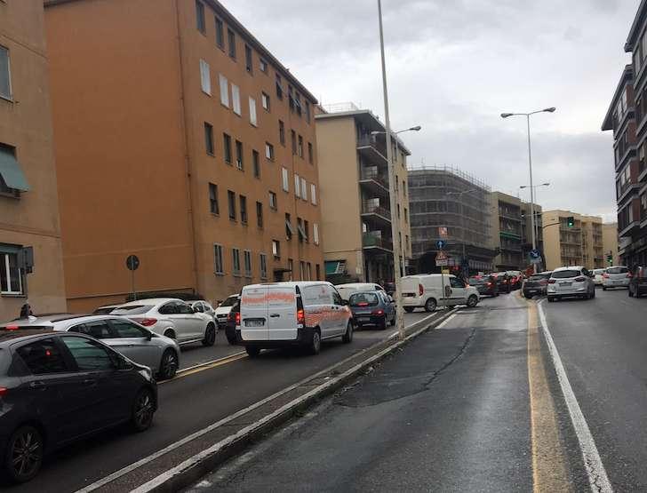 Furgone sospetto in corso Europa, intervengono artificieri e pompieri