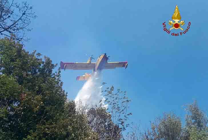Cisano Sul Neva, canadair ed elicotteri per spegnere le fiamme