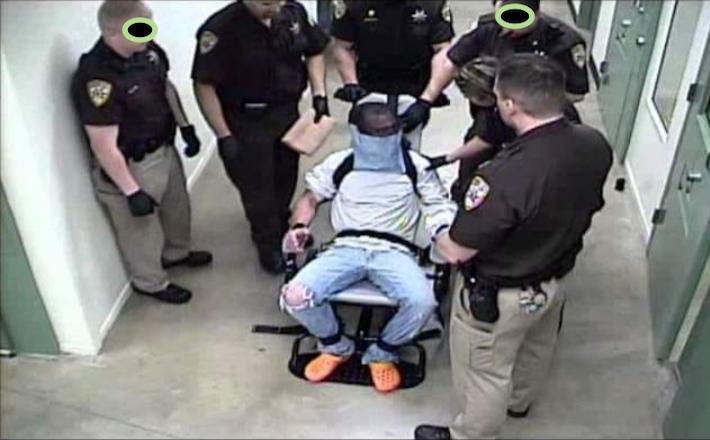 Web: foto uomo legato e bendato da polizia Usa. Ma lì nessuno s ...