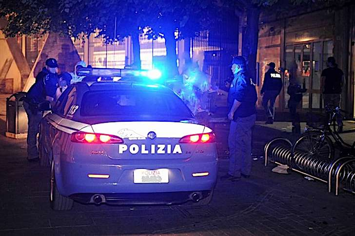 Moldavo ubriaco danneggia scooter e reagisce ai poliziotti: arrestato