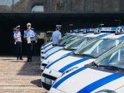 Accende un fuoco sugli scalini dell'Agenzia delle Entrate, denunciato dalla polizia locale
