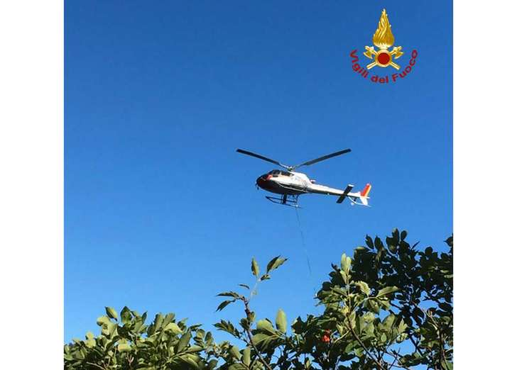Incendio nella notte a Casarza Ligure, sul posto l'elicottero