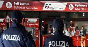 Consegna alla polizia uno zaino dopo aver rubato i soldi al suo interno