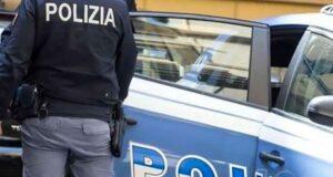 Gabonese aggredisce agenti e cerca di disfarsi della droga