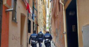 La Polizia locale ferma straniero con trolley pieno di merce contraffatta, fuggito