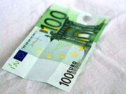 Napoletano fa shopping in centro con 100 euro falsi: preso