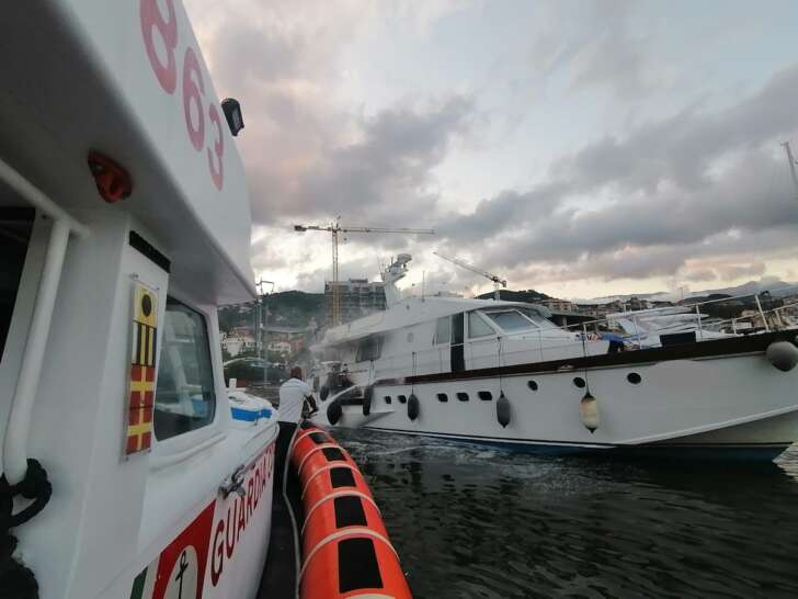 Incendio imbarcazione ormeggiata nel porto di Varazze