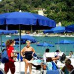 La CRI La Spezia distribuisce creme solari e portamozziconi tascabil