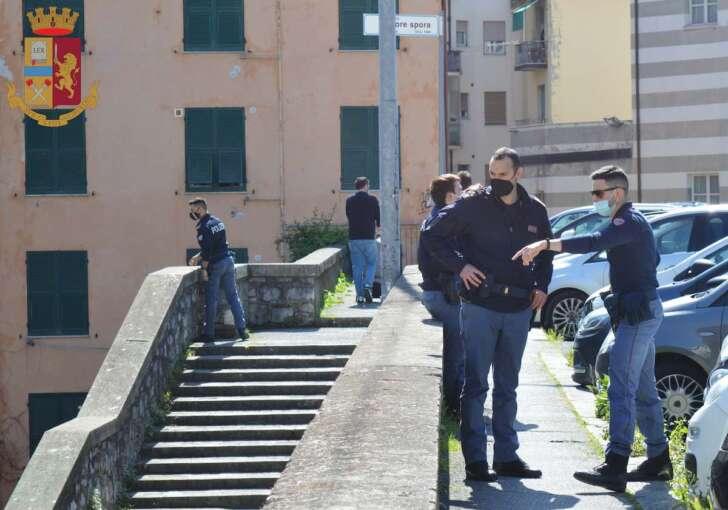 Tunisino pizzicato per spaccio, fugge e reagisce con violenza: arrestato