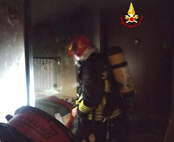 Tragedia nella notte a Carignano, 79enne muore nell'incendio di casa