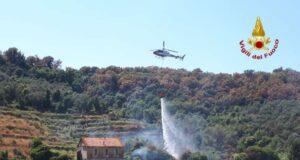 Incendio boschivo a Sestri Levante, interviene anche l'elicottero