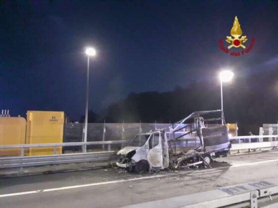 Furgone in fiamme su ponte San Giorgio, tratto chiuso e poi riaperto