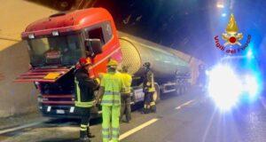 A12 | A fuoco camion, l'intervento dei VVF