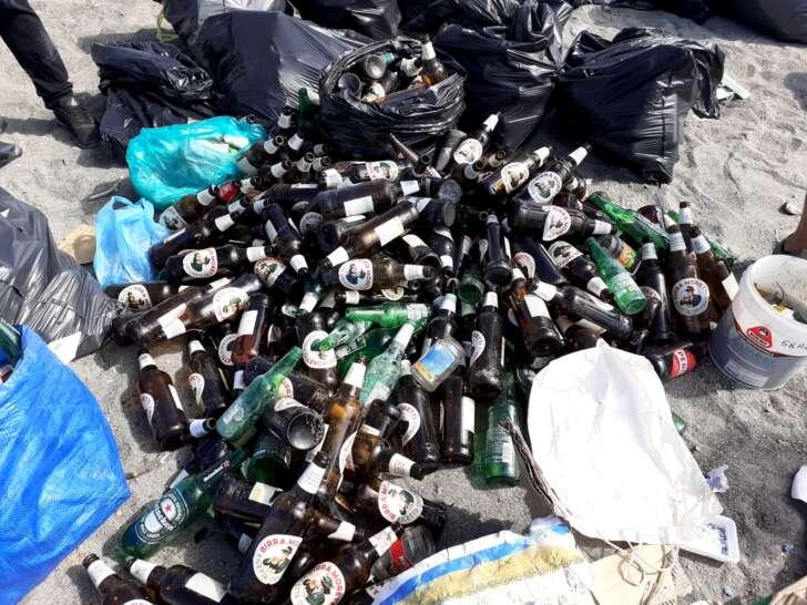 45 sacchi di rifiuti rimossi dalla spiaggia della Foce