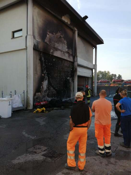 Chiavari, in fiamme un magazzino comunale