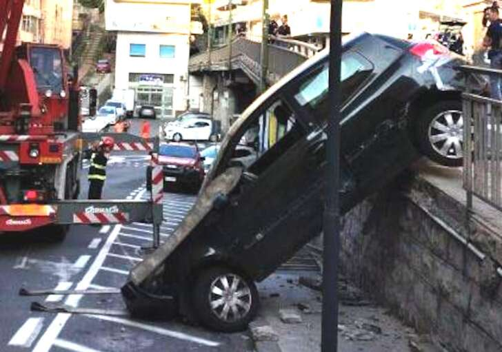 Sanremo, auto abbatte ringhiera e scivola nella strada sottostante