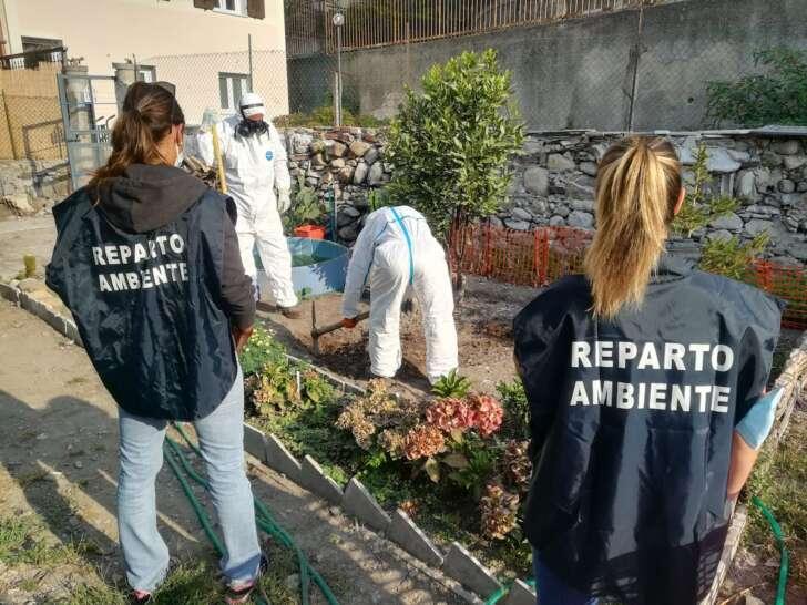 Demolisce tettoia in amianto e seppellisce resti in un terreno