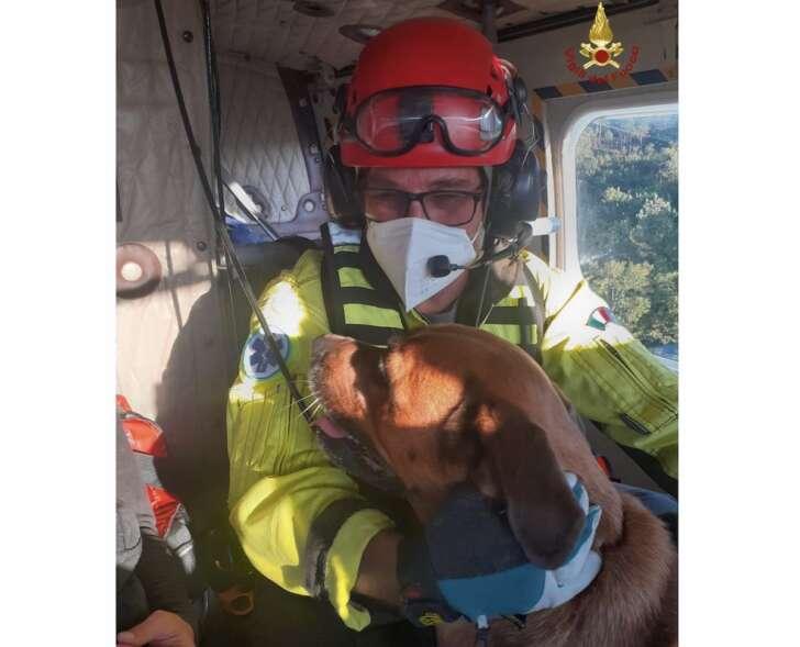 Si perde nei boschi sopra Savona con il cane, salvata dai VVF