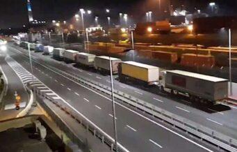 Proseguono i blocchi ai varchi per l'accesso al porto di Genova