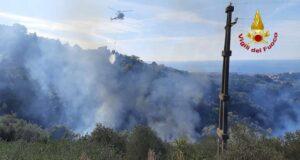 Incendio nel bosco di Leivi, VVF sul posto con elicottero della Regione